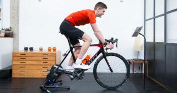 Allenarsi sui rulli per bici con uno smartwatch